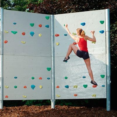 Frei stehende Boulderwand mit Schieferplattenstruktur