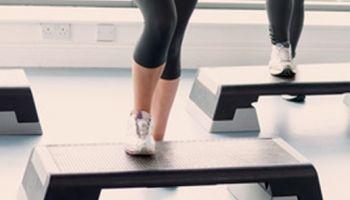 Training mit Aerobic Steppern: Die Grundschritte auf einen Blick