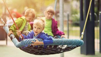 Inklusion auf dem Spielplatz: Rollstuhlgeeignete Spielgeräte
