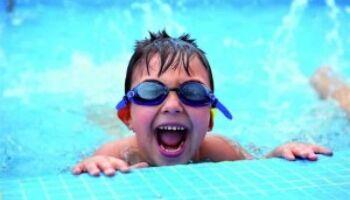 Wassergewöhnung: Schwimmspiele für Kinder