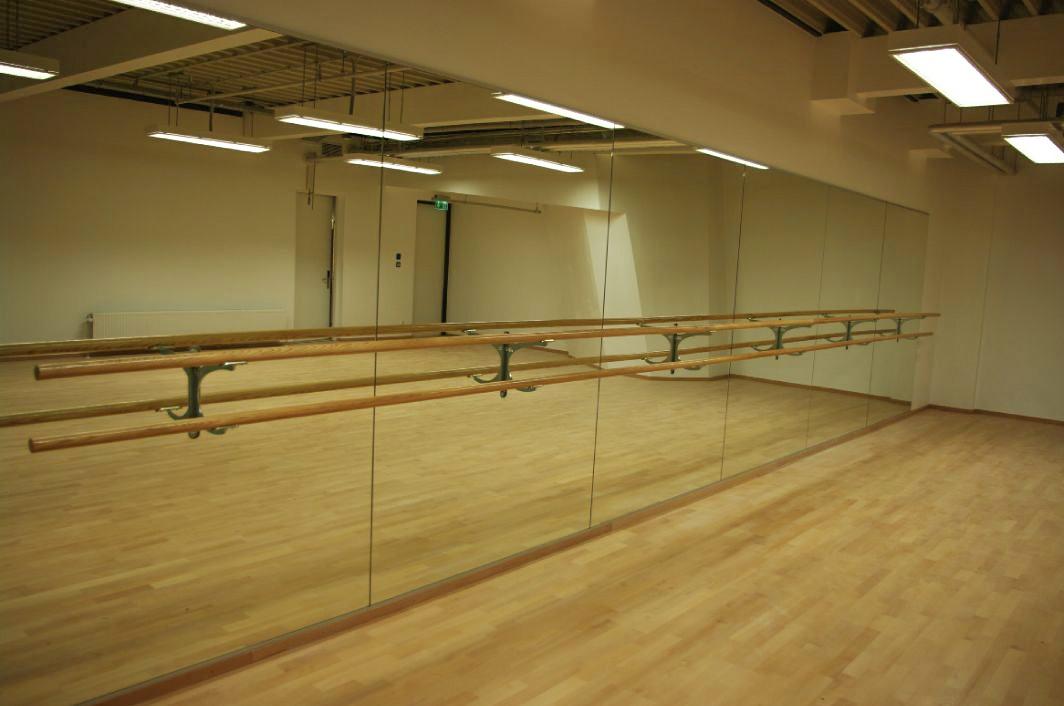 Spiegelwand mit integrierten Ballettstangen 3 Halter und 2 Stangen à 4,5 m, 4,50x2,00 m