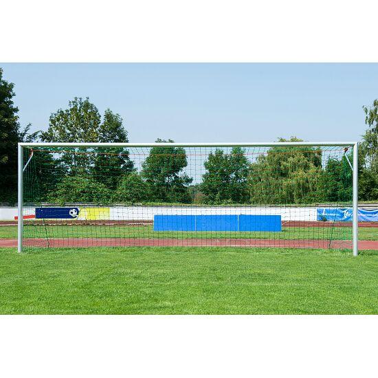 Sport-Thieme Großfeld-Fußballtor, in Bodenhülsen stehend und mit SimplyFix