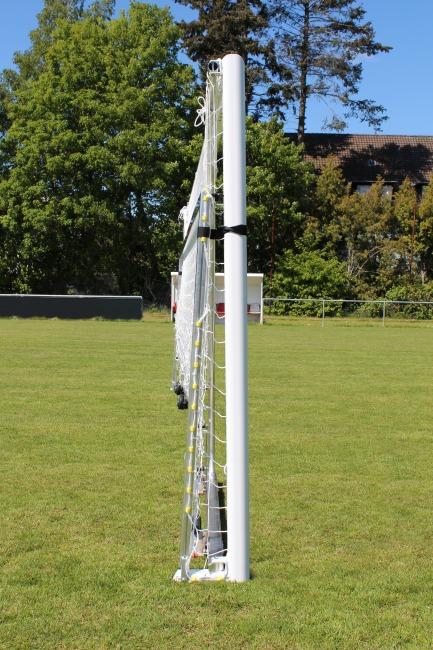 Sport-Thieme Großfeld-Fußballtor mit klappbarem Netzbügel und Bodenrahmen Weiß, Netzhalter