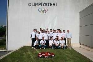 Die internationale Exkursion vor dem Gebäude des türkischen nationalen Komitees