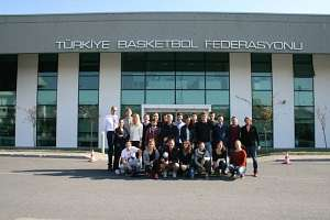 Das Gebäude des türkischen Volleyballverbandes macht viel her, auch mit der internationalen Exkursion davor.