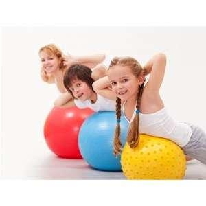 Kinder auf dem Pezziball