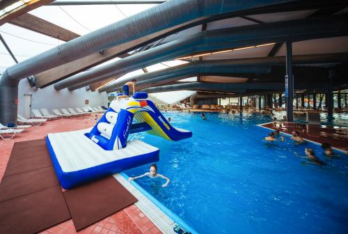 Aquaglide Freefall mit Pool Slide Pad