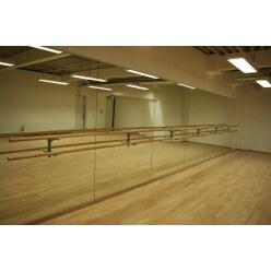 Spiegelwand mit integrierten Ballettstangen