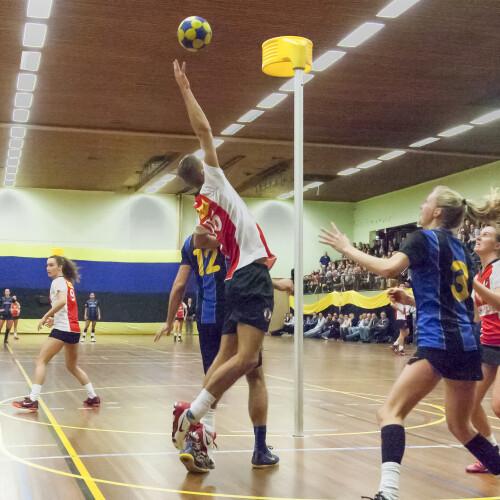Gemischte Teams spielen Korfball