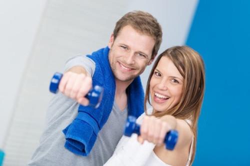 zwei motivierte Fitnesseinsteiger