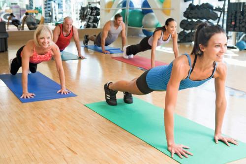Gruppenfitness auf der Gymnastikmatte