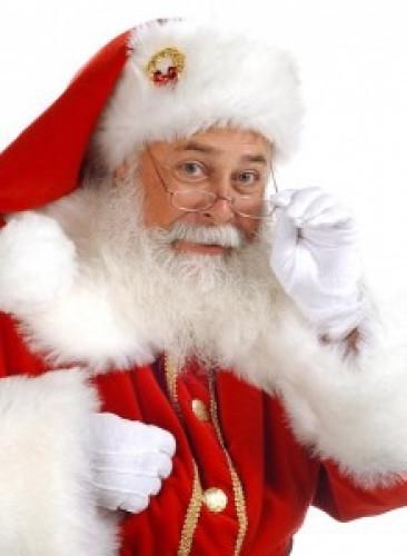 Alter Mann mit weißem Nikolausbart und rotem Mantel