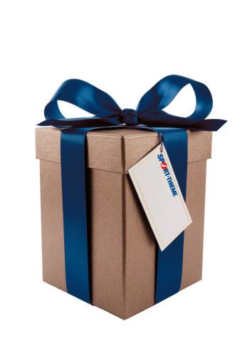 Hochkanter Karton mit blauer Schleife und Sport-Thieme Geschenkkarte